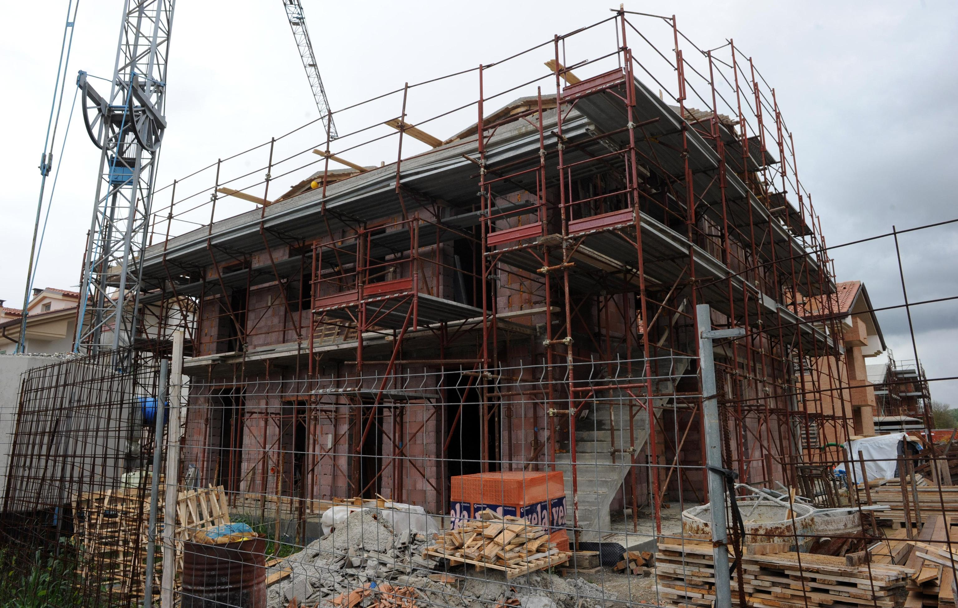 Cade dall 39 impalcatura del cantiere grave operaio nel for Cantiere di costruzione