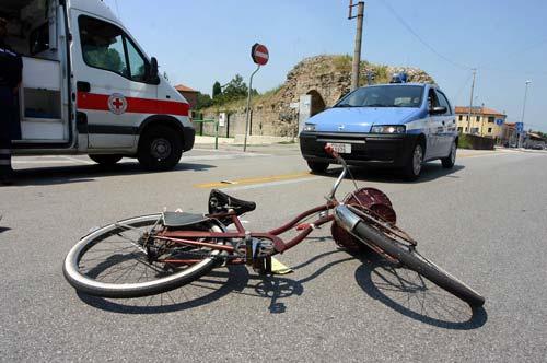 Auto investe due ciclisti: un morto$