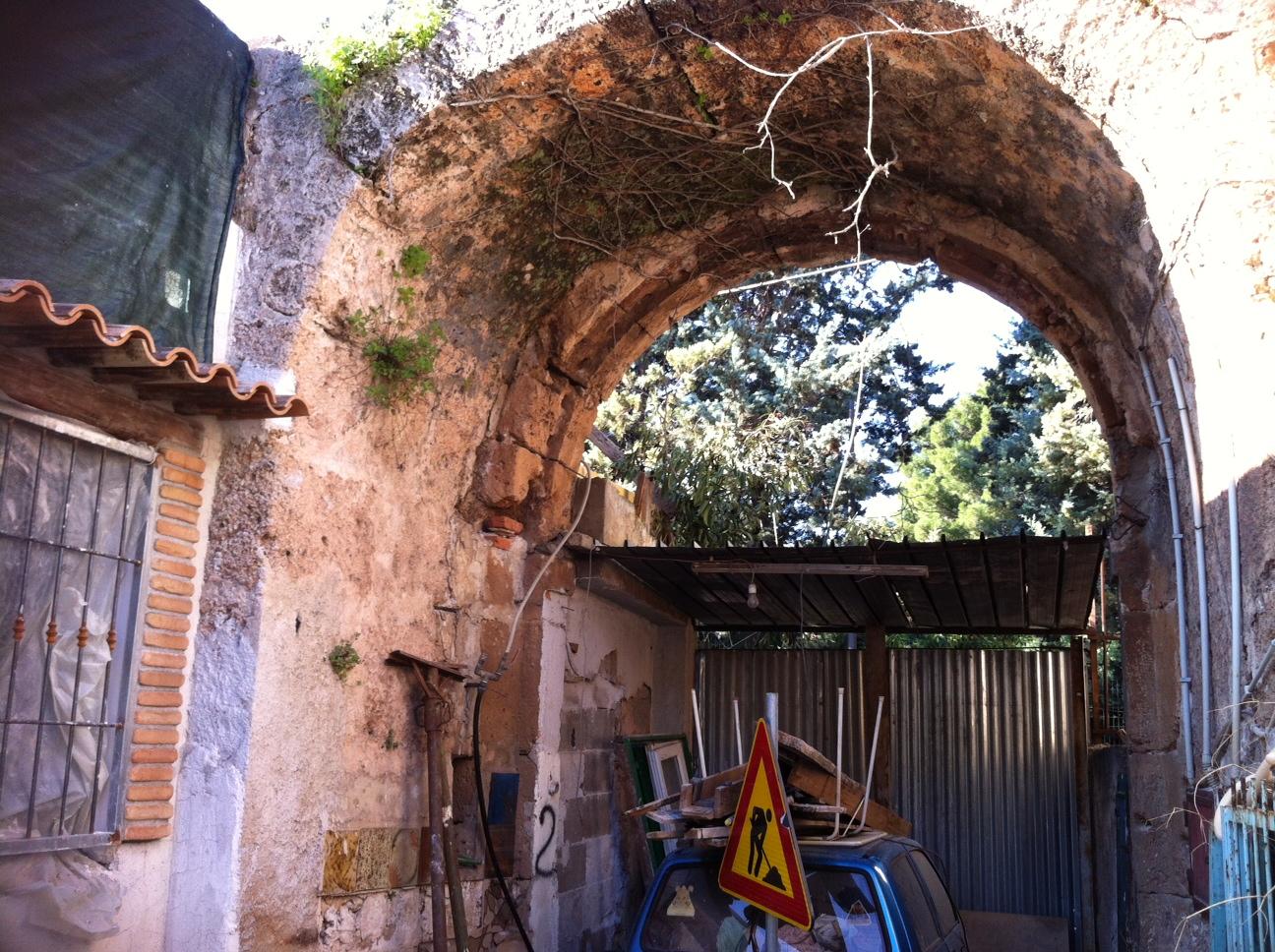 Sequestrata una casa costruita sulle mura del casale for Ottenere una casa costruita