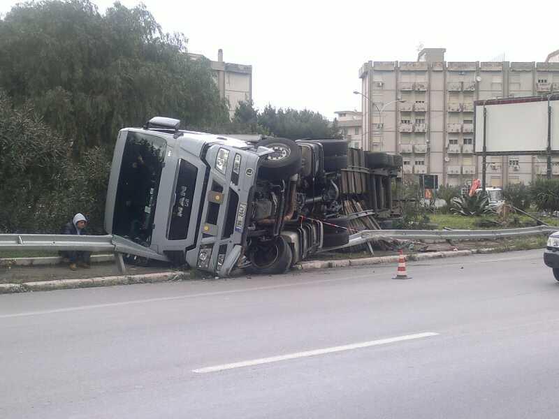 VIALE REGIONE SICILIANA. Incidente sulla strada allagata. Si ribalta un  tir  traffico in tilt 42ca56c6ca41