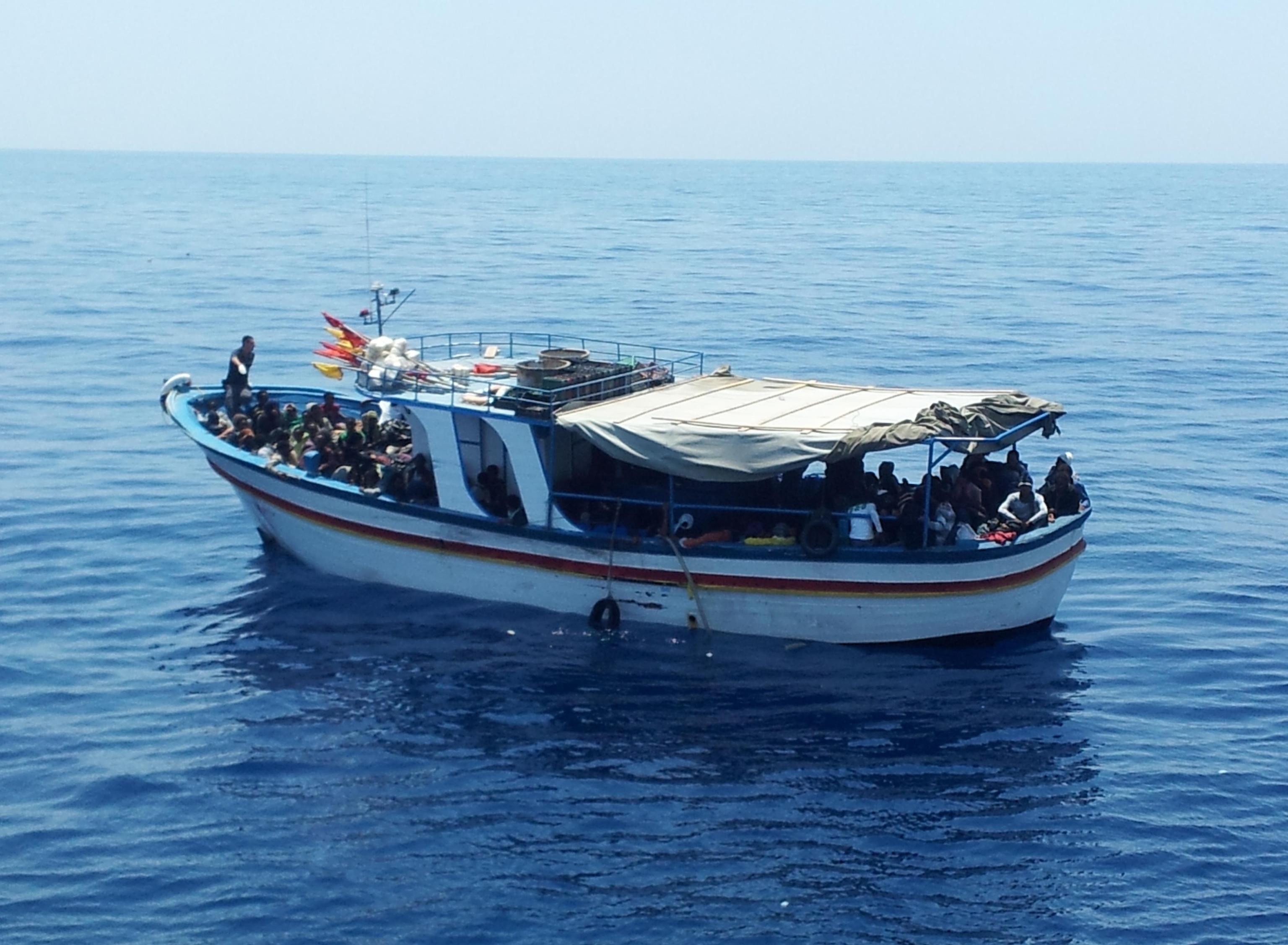 Migranti, naufraga gommone al largo della Libia: recuperati sei cadaveri