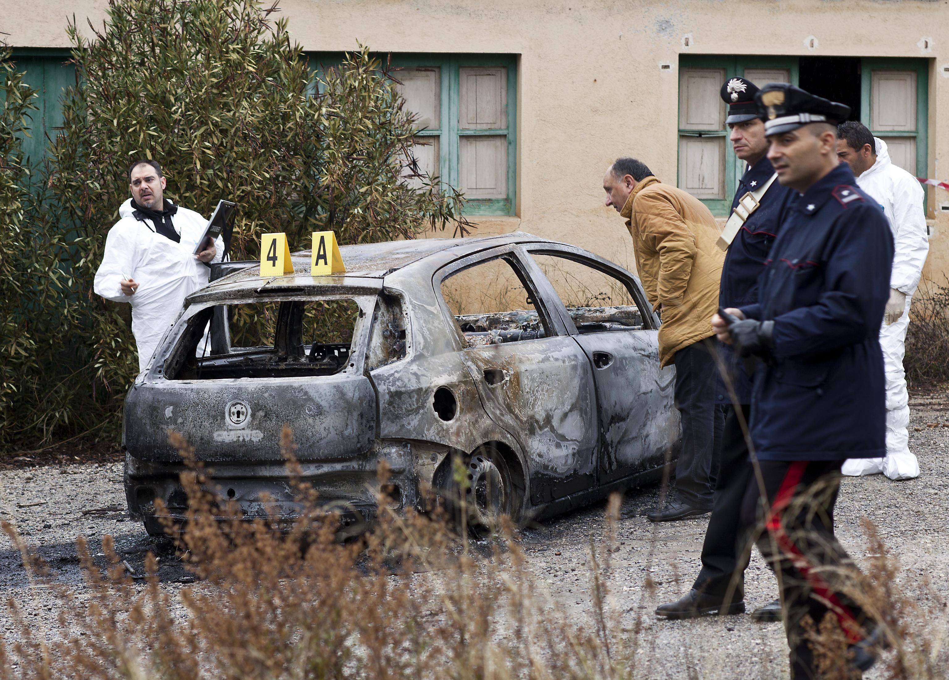 Cadavere carbonizzato dentro un'auto nel catanese$