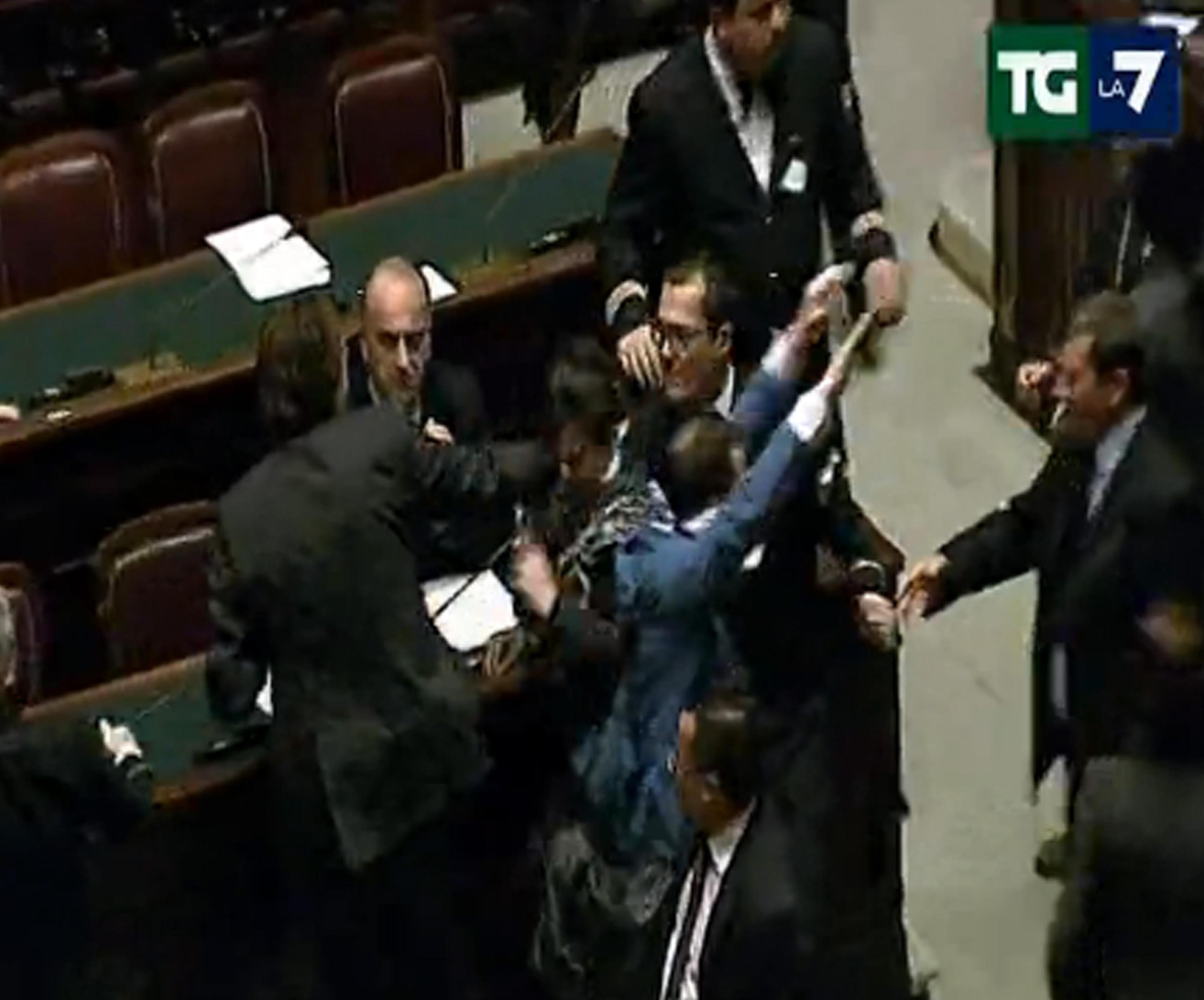 Rissa e schiaffi alla camera loredana lupo vs dambruoso for Camera dei deputati live