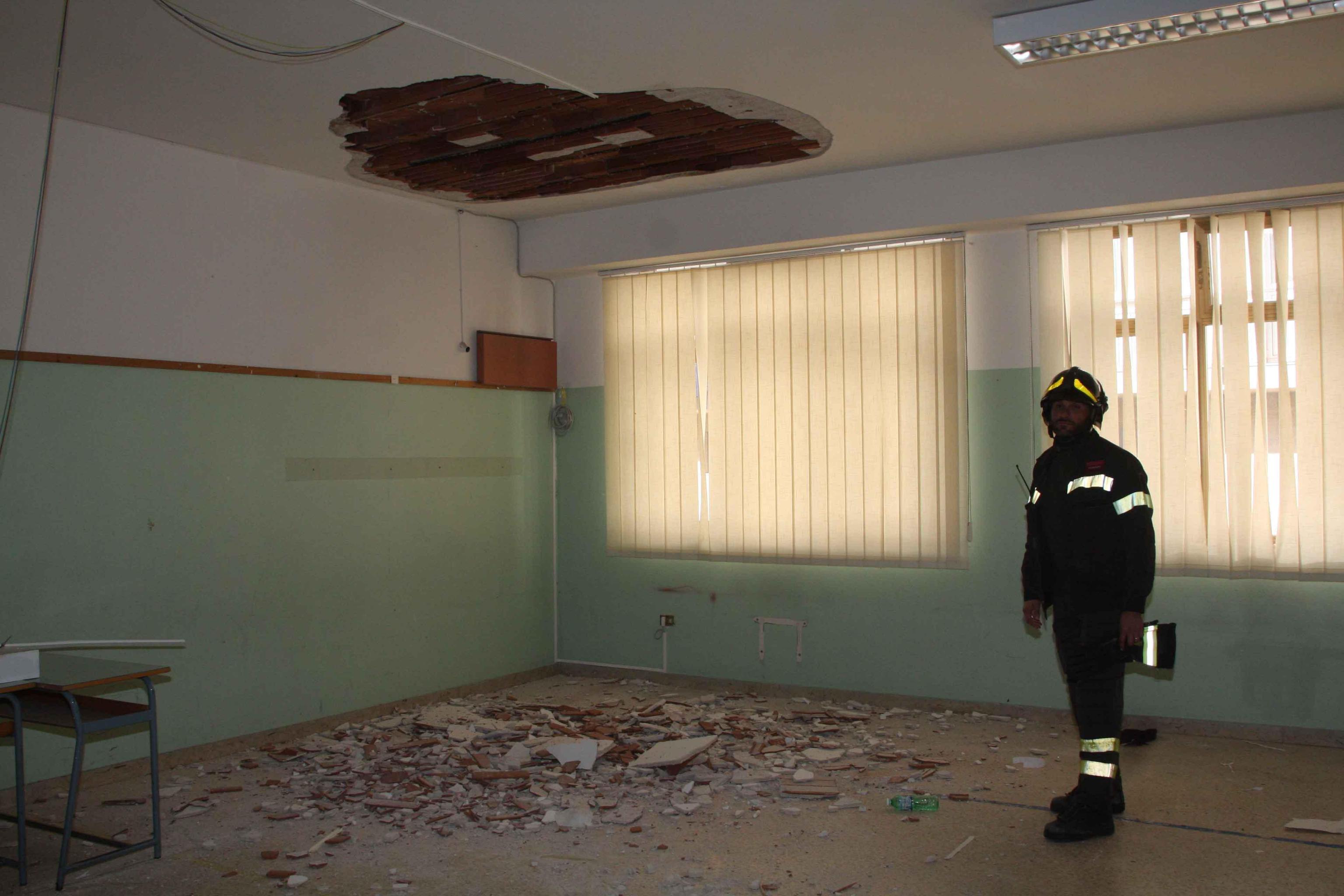 Palermo, cadono calcinacci da una scuola$