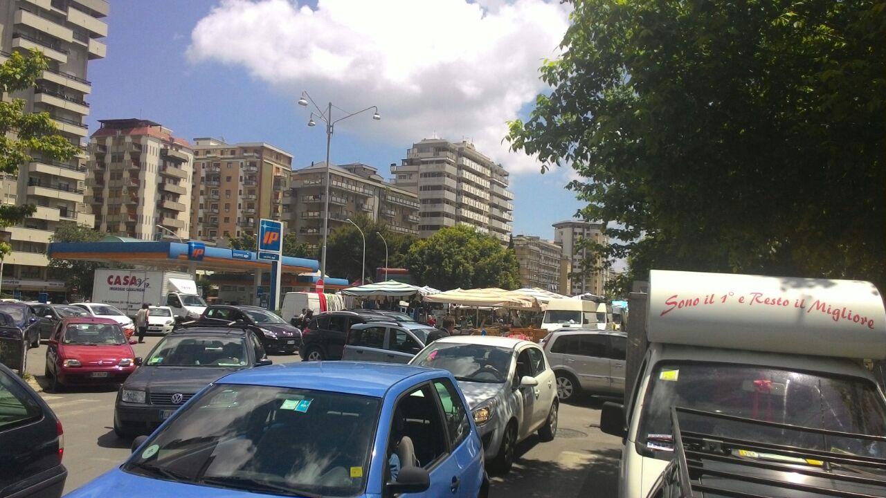 Viale campania ancora caos per il mercatino rionale for Mercatino dell usato siracusa