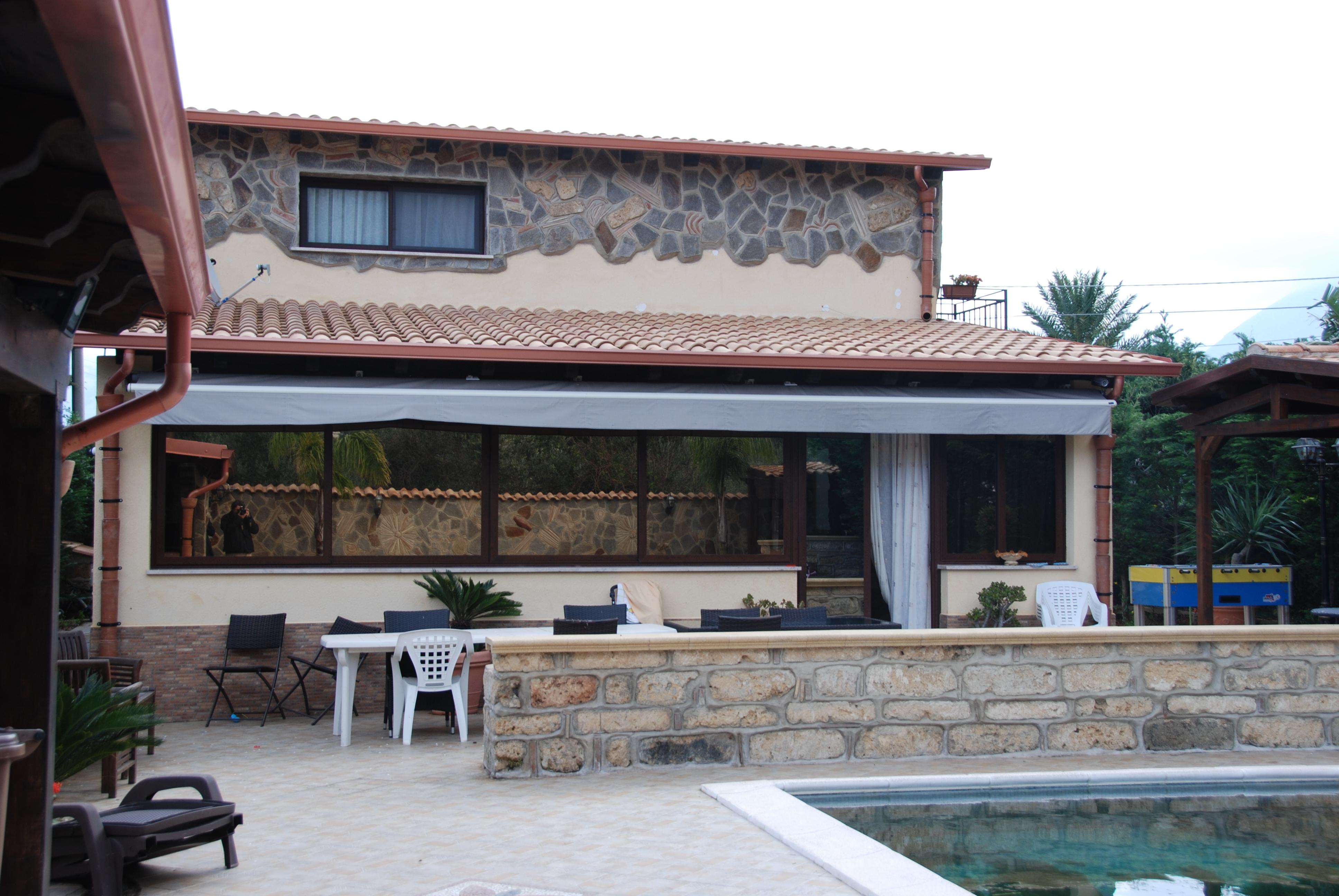 Dentro la villa del ras della droga piscina barbecue e for Piani del padiglione della piscina