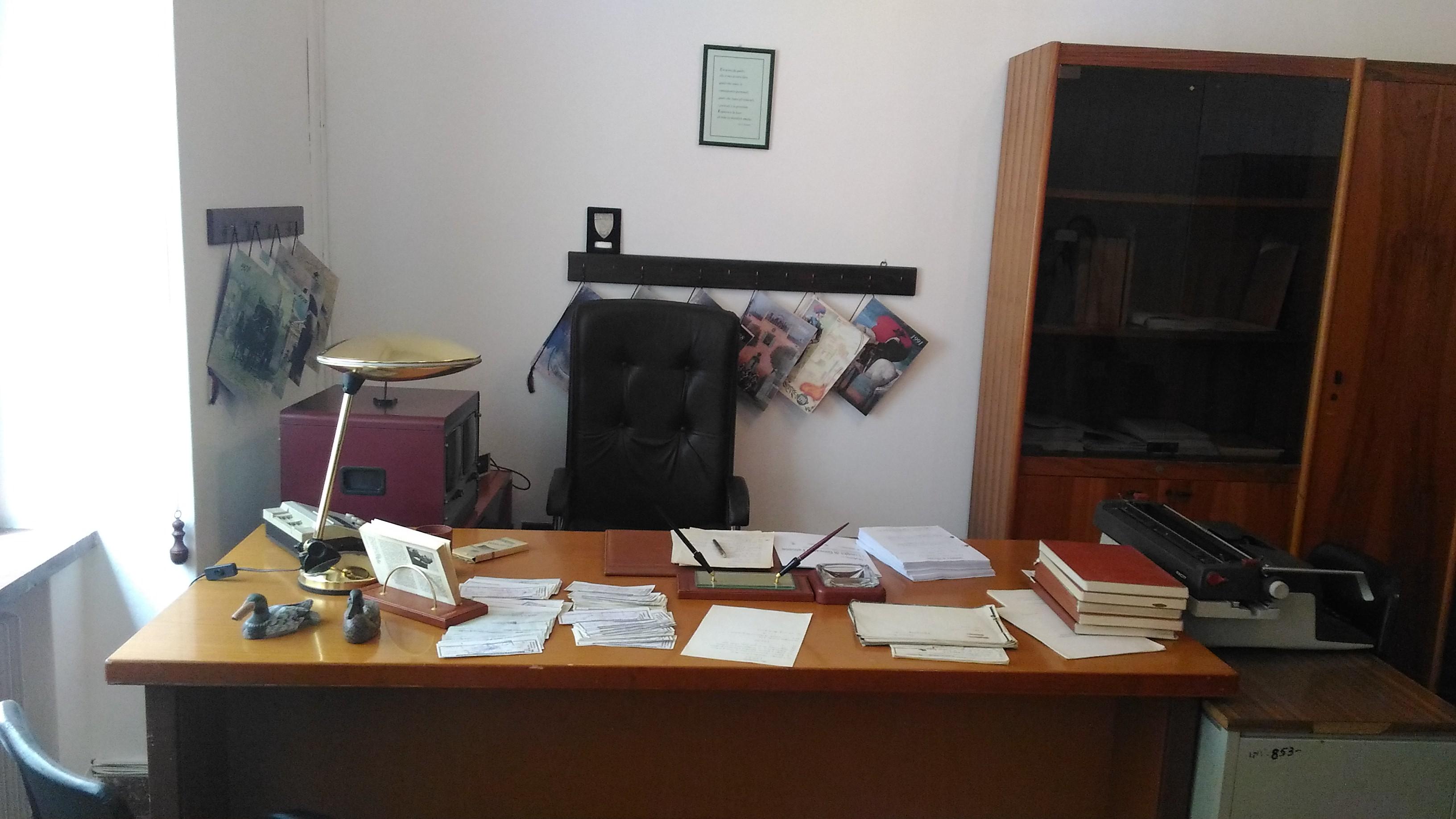 Scrivania penna faldoni gli uffici di falcone e for Stanza in ufficio