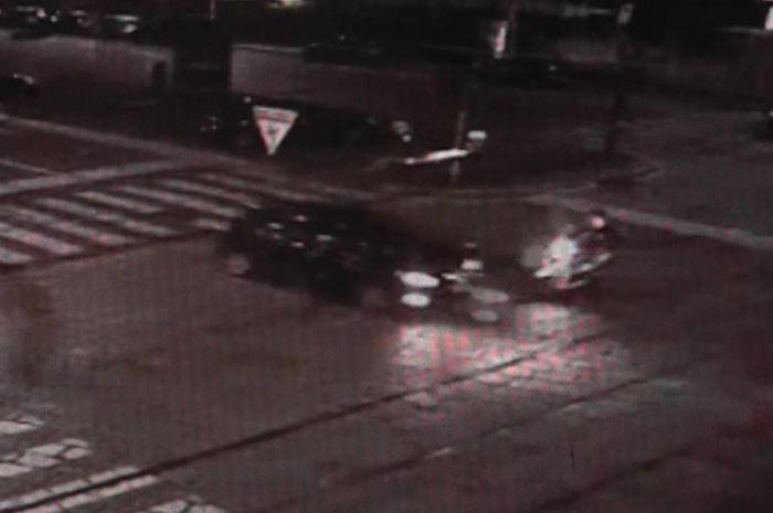 Milano, auto travolge due ragazze in moto: caccia al pirata Il video