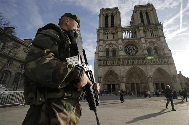 Allarme terrorismo a Parigi, arrestato adolescente: