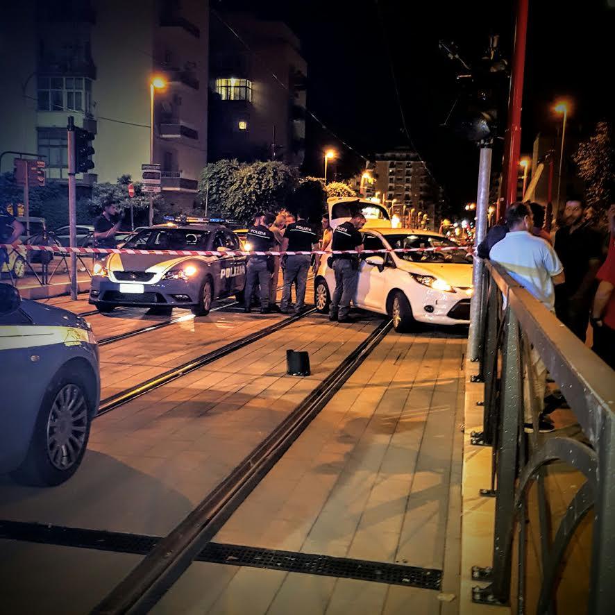 Ruba un'auto a Palermo, fugge ma si schianta contro un semaforo
