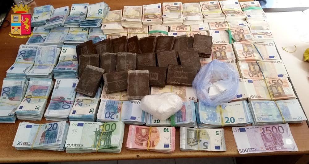 Droga e 200 mila euro in contanti giallo sull 39 uomo di ballar live sicilia - Soldi contanti a casa ...