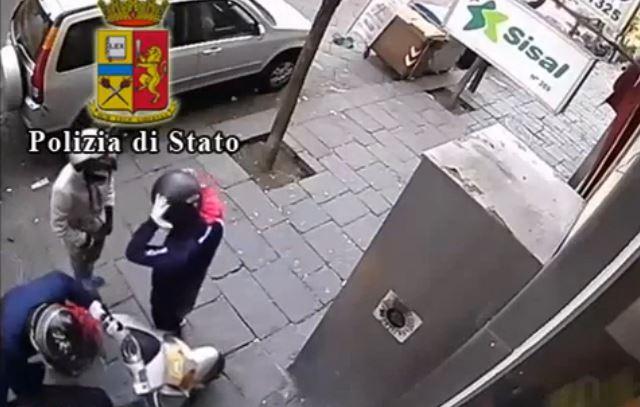 Napoli, assalto in tabaccheria con ostaggio