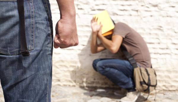 Ivrea, bullismo a scuola: 16enne preso a pugni dai compagni