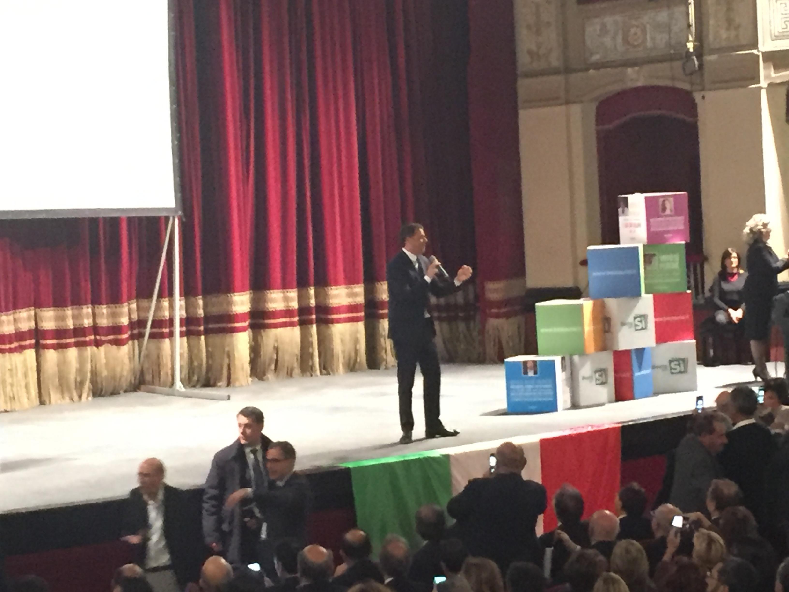 Palermo, proteste studenti contro premier: bruciato manichino Renzi