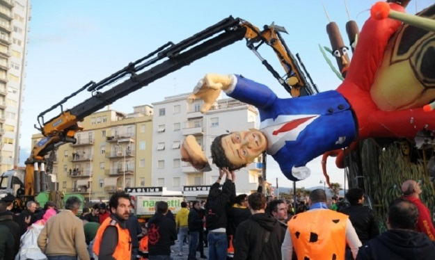 Carnevale di Follonica, crolla la maschera di Renzi: cinque feriti
