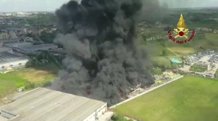 Incendio Pomezia e nube tossica a Roma, la Procura conferma: bruciato amianto