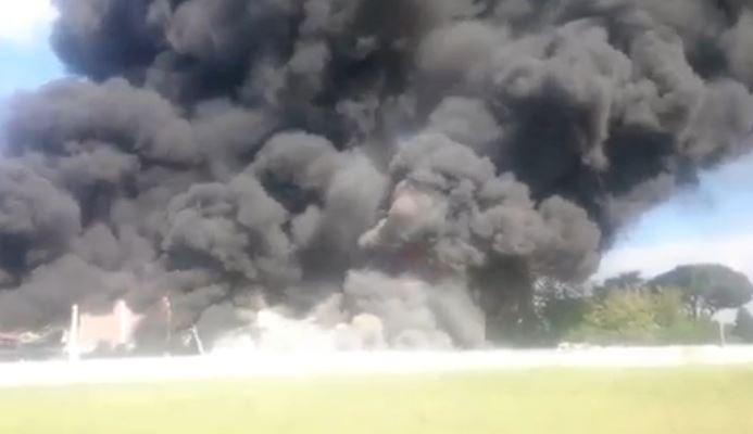 Pomezia, incendio alla Eco X: allerta per nube tossica