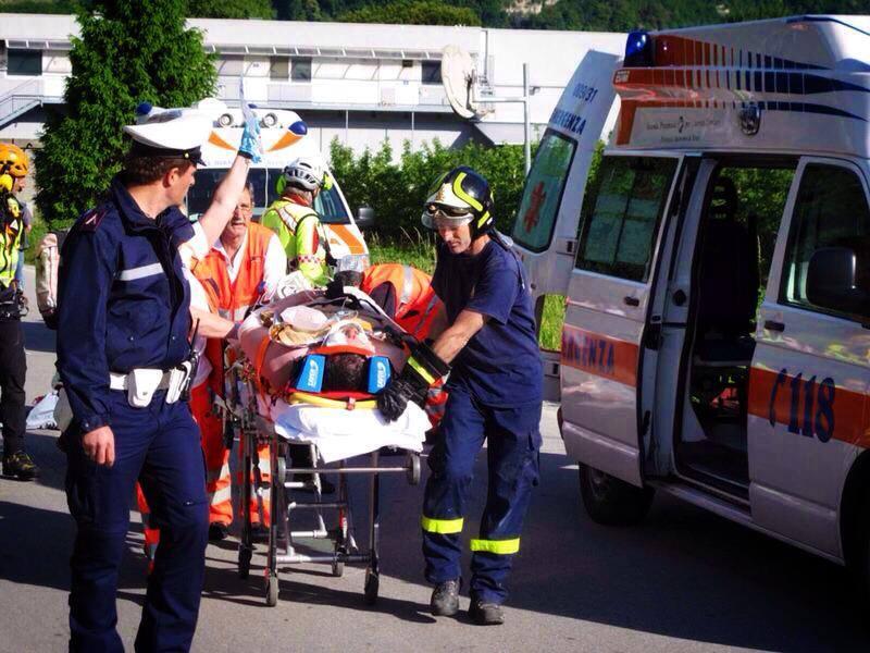 Autobus tampona un camion, paura a bordo: feriti 20 studenti e docenti
