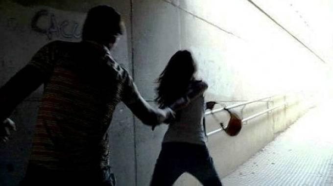 Roma, un 28enne la aggredisce e lei lo accoltella