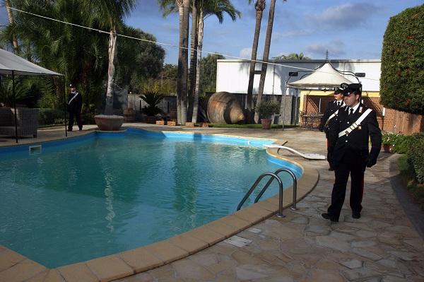 Bimbo cade in piscina e muore Ma il pranzo di nozze continua