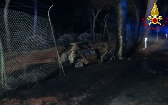 Auto s'incendia dopo lo schianto contro un pino: 3 morti carbonizzati