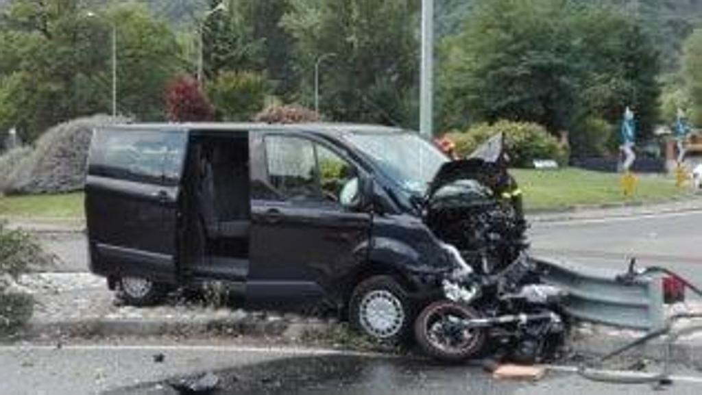 Incidente moto-furgone rotonda Condove, morta ragazza di 27 anni