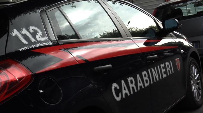 Medico trova cadavere in auto, indagano i carabinieri