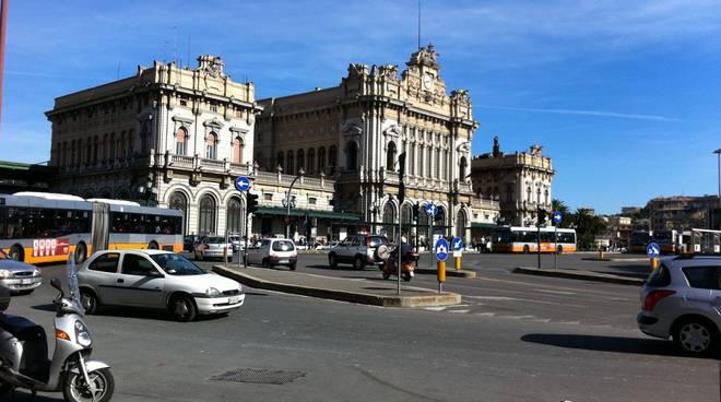 Genova, scontro moto-bus a Brignole: muore una donna di 50 anni