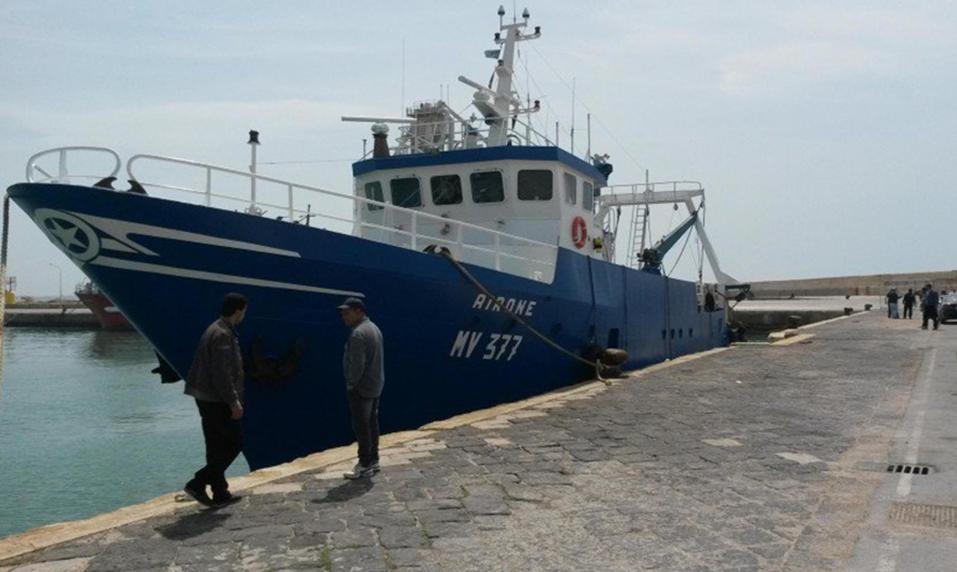 Spari contro tre pescherecci italiani in Libia, ferito un comandante