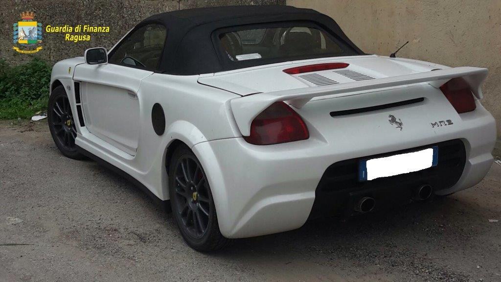 Guida una Ferrari, ma è falsa: denunciato un 52enne a Ragusa