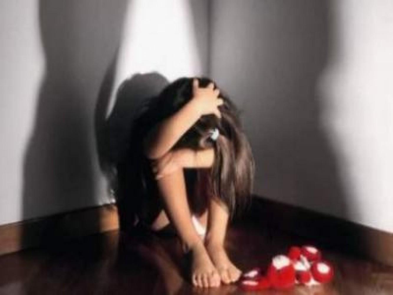Abusa di figlia davanti moglie,arrestati