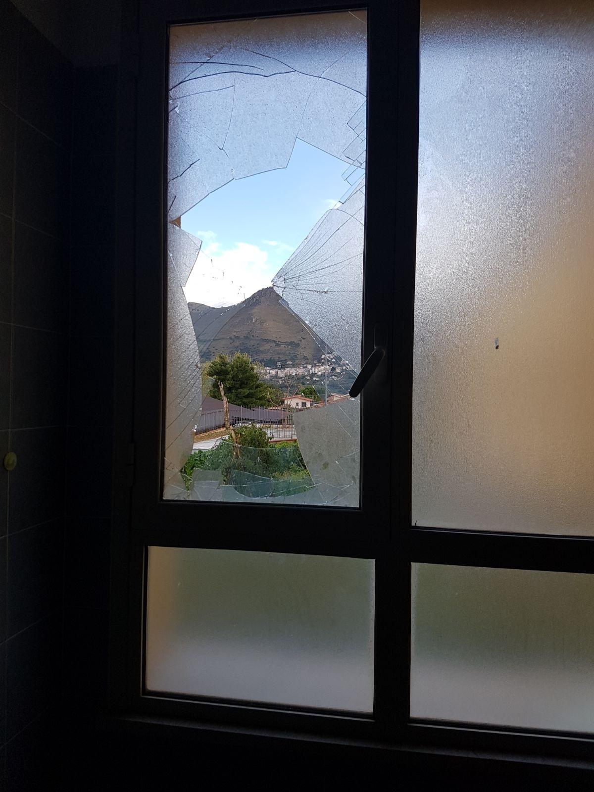 Aquino furto alla scuola veneziano rubati diciassette computer live sicilia - La finestra rotta ...