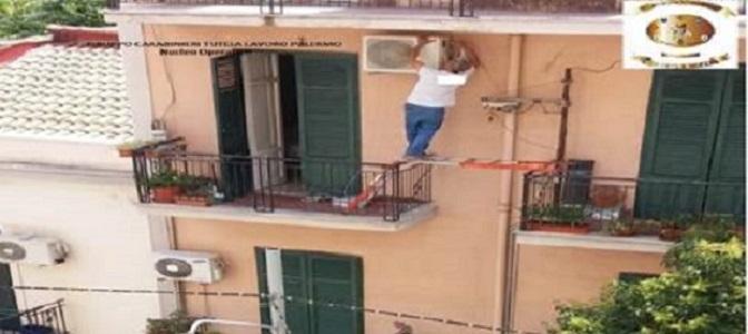 Palermo operaio in bilico sul balcone per montare for Montare condizionatore