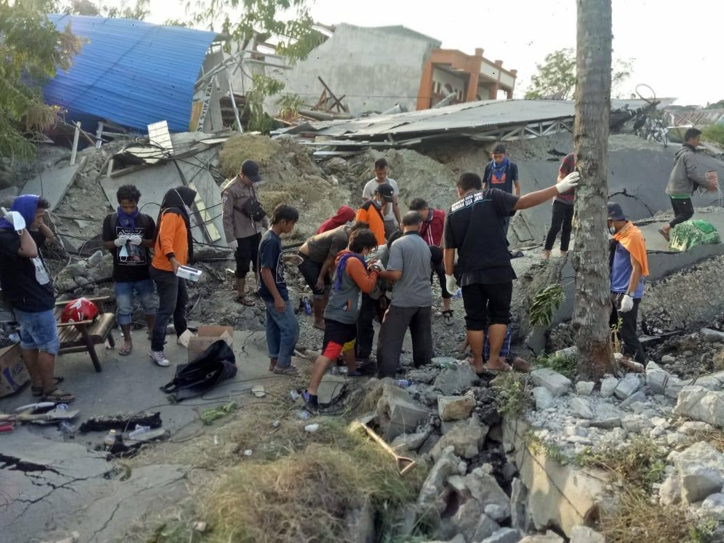 Tsunami, a Palu sepoltura di massa