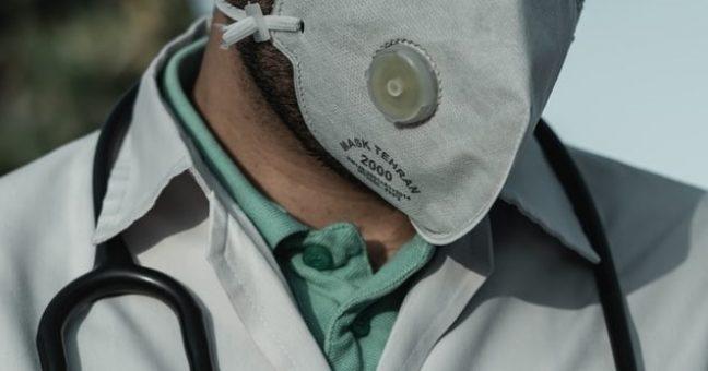Coronavirus medico con mascherina