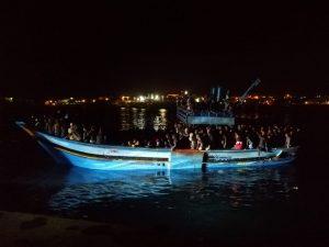 I migranti arrivano in spiaggia: bloccati sulla strada statale