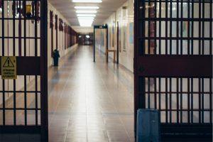 Volano sedie e insulti in carcere: agenti aggrediti da tre detenuti