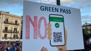 """'No green pass' in piazza: """"Misura discriminatrice"""""""